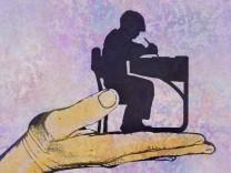 Hand stützt ein Kind bei der Arbeit an der Schulbank PUBLICATIONxINxGERxSUIxAUTxONLY Copyright: xGaryxWatersx 11591741