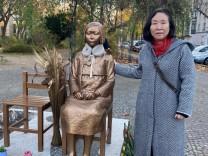 """""""Trostfrauen""""-Statue: Kleine Frau, großer Streit"""