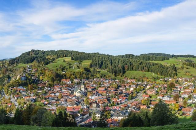 Oberstaufen im Oberallgäu Morgendlicher Ausblick auf den bekannten heilklimatischen Kurort Oberstaufen im Naturpark Nage