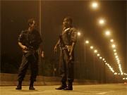 Polizisten halten nach der Zunahme der Überfälle Nachtwache auf der Linha Vermelha (Rote Linie) Straße in Rio de Janeiro.