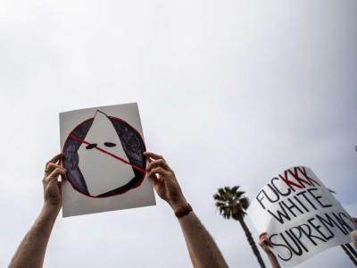 """""""White Lives Matter""""-Proteste: Surfin' KKK"""