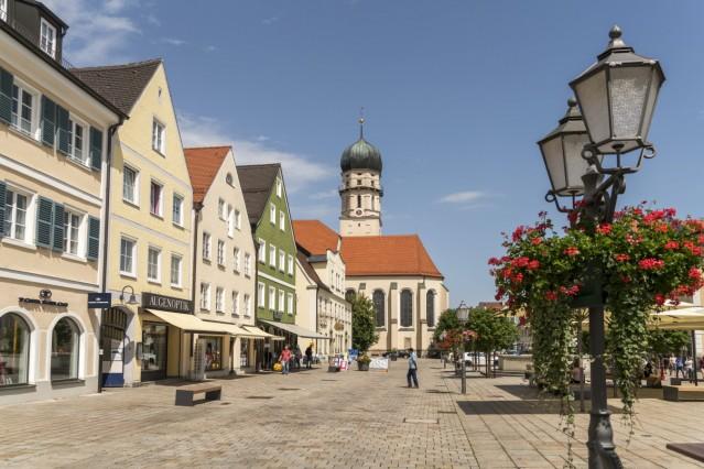 Stadtpfarrkirche Mariae Himmelfahrt und die neue Fußgängerzone am Marienplatz in der historischen Altstadt in Schongau,