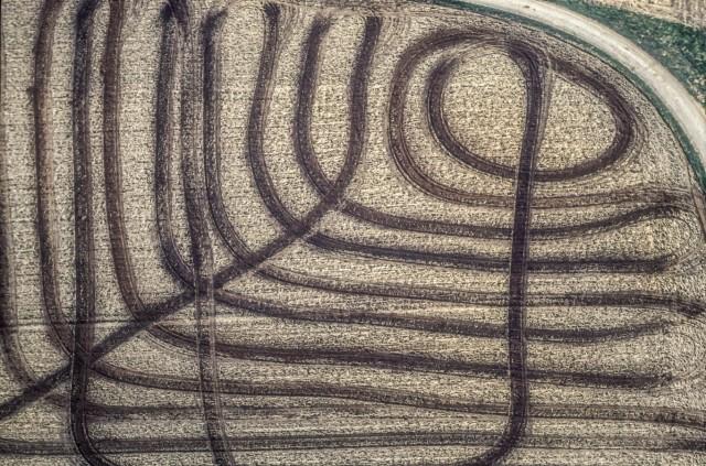 Luftaufnahme von den Spuren der Düngung auf dem Acker mit Mist oder Odl