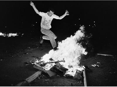 """Gilles Peress: """"Whatever You Say, Say Nothing"""": Die Zeit vergeht mit Gewalt"""