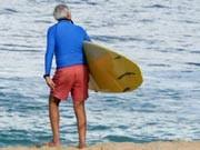 """Senior mit Surfbrett; Generation """"Silver Sex"""""""