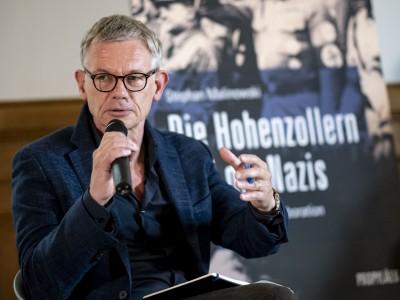 Hohenzollern-Debatte: Flaschen auf Thronen