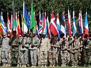 ISAF-Soldaten mit Flaggen verschiedener Nationalitäten, dpa