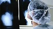 Gehälter von Ärzten: Mediziner in Deutschland stehen im Vergleich zu ihren Kollegen im Ausland schlecht da - trotz Tariferhöhung