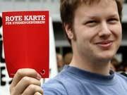 """""""Rote Karte"""": Ein Student demonstriert in Hamburg gegen die Einführung von Studiengebühren."""