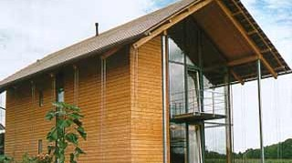 Holzskelettbauweise  Lärchenholz verhüllt die Holzskelettbauweise. Auf - Geld ...