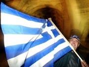 Ein Grieche schwenkt seine Landesfahne, ddp