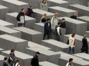 Schüler am Holocaust-Mahnmal in Berlin, ap