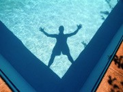vorm sprung in den swimming pool ; ddp