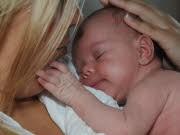 Mutter mit neugeborenem Kind; dpa