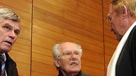 Der Angeklagte Roland K. mit seinen Verteidigern beim Prozessauftakt in Traunstein, dpa