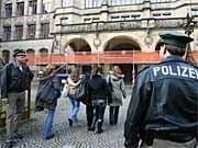 Polizei vor Schule in Freiburg; dpa
