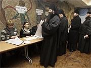 Orthodoxe Priester bei der Stimmabgabe in Kiew; AFP