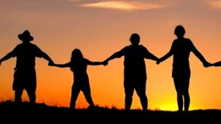 Familie - Hand in Hand; iStockphoto