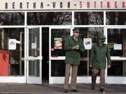 Polizisten vor dem Eingang der Bertha-von-Suttner-Oberschule, dpa
