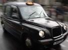 Rentnerin fährt im Taxi  nach Griechenland (Bild)