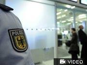 Sicherheitslücke am Flughafen: Die Polizei sucht bislang vergebens nach dem Verdächtigen; APN