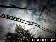 Am Eingang des KZ Auschwitz getty.