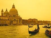 Venedigs Traumschiffchen: Die berühmten Kähne sind mehr als ein Fortbewegungsmittel, ihr eigentlicher Sinn ist die Schönheit. Dabei ist jede Gondel in Venedig verzogen - und soll es auch sein. Foto: laif