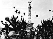 Soldaten der Roten Armee jubeln im Mai 1945 vor der Siegessäule in Berlin, ddp