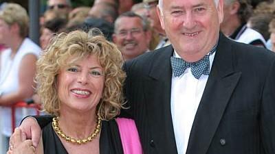 Gabriele Kokott-Weidenfeld und ihr Mann Werner Weidenfeld posieren vor der Eröffnung der Bayreuther Festspiele