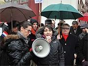 Pariser demonstrieren nach Anschlag auf Regisseurin Rayhana; AFP
