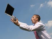 Geschäftsmann lässt den Laptop fallen