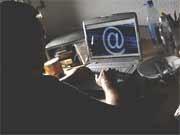 Mensch vor einem Computer, ddp