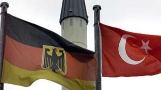 Die deutsche und die türkische Fahne vor einem Minarett in Gelsenkirchen