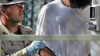 Gefangener mit Wärter in Guantanamo