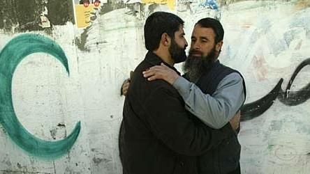 Unterstützter der radikalislamischen Hamas umarmen sich im Gaza-Streifen