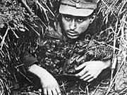 Zweiter Weltkrieg 1945: US-Soldaten nehmen deutschen Landser fest 1945 dpa