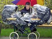 Vater mit Kinderwagen, dpa