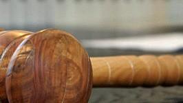 Hammer in Gerichtssaal, dpa