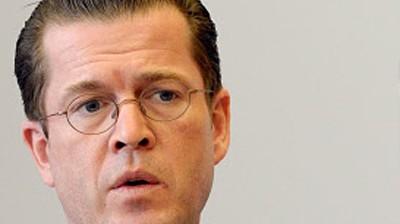 Karl-Theodor zu Guttenberg Der Bundesverteidigungsminister geht auf Distanz zu den Sparplänen von Roland Koch (CDU) ddp