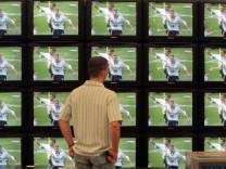 Mann vor einer Videowand Fussball, FC Bayern