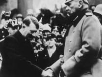"""Als Abbild sogar auf der Schuhwichse: Reichspräsident Paul von Hindenburg (rechts), hier mit Adolf Hitler am 21. März 1933, dem """"Tag von Potsdam""""."""