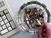Rauchverbot am Arbeitsplatz Zigarette Aschenbecher Arbeitsrecht, dpa