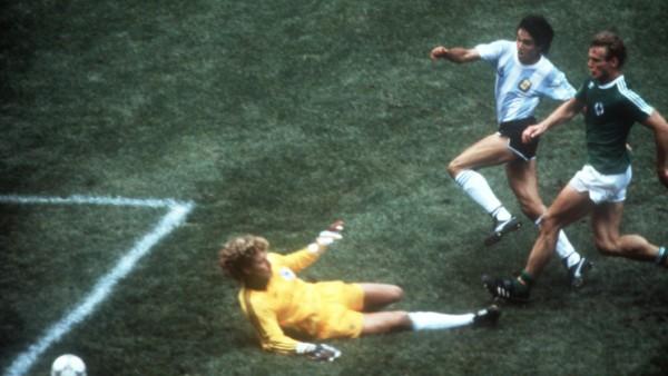 Fußball-WM 1986 in Mexiko: Finale Deutschland - Argentinien Briegel Schumacher