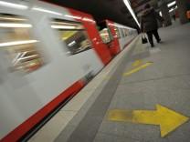Pfeile sollen Einsteigen in U-Bahn beschleunigen