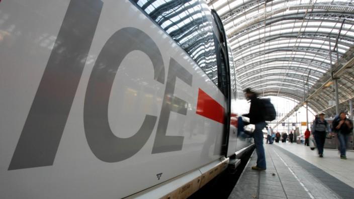 Ein ICE wartet am Bahnsteig - auf zu viele Fahrgäste.