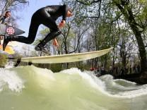Freizeitsport - Surfer auf dem Eisbach in München