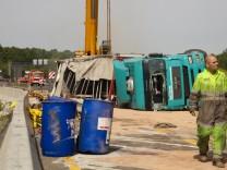 Aetzende Fluessigkeit nach Lkw-Unfall ausgelaufen