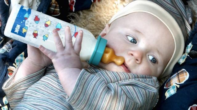 Ratgeber Familie & Gesellschaft: Nuckelflaschen im Dauergebrauch - Babys droht fruehe Form von Karies