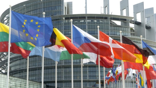 Flaggen vor Europa-Parlament Straßburg