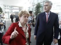 Siemens Austria CEO Ederer gestures next to Siemens CEO Loescher in Vienna